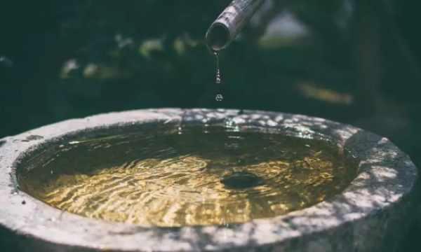 喝热水包治百��?每天八杯水?细数这些年饮水的误解