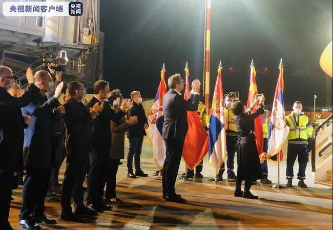 塞尔维亚总统亲迎中国医疗队