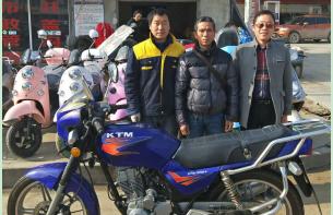 蕲春绿福源电动车负责人徐钢为胡坪村特困户陈太火捐赠6000元摩托车一辆